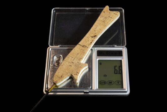 Зимняя удочка ручной работы Артуда Фокстрот Комфорт порадует приверженцев использования «плоского» хвата при зимнем блеснении.
