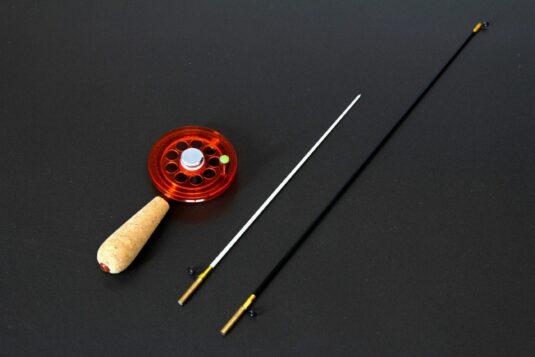 Универсальная зимняя удочка Артуда Трио L, с магнитом, катушкой увеличенного диаметра и двумя сменными хлыстиками, подходящая для зимней рыбалки на самую разную рыбу.